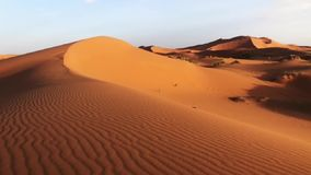 Красивые дюны пустыни Сахары Erch Chebi, Марокко, Африки акции видеоматериалы