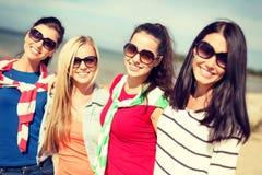 Красивые девочка-подростки имея потеху на пляже Стоковое Фото