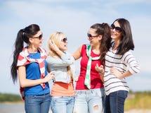 Красивые девочка-подростки или молодые женщины имея потеху Стоковые Изображения