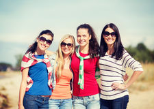 Красивые девочка-подростки или молодые женщины имея потеху Стоковое Изображение RF