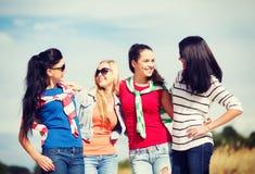 Красивые девочка-подростки или молодые женщины имея потеху Стоковое фото RF
