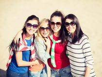 Красивые девочка-подростки или молодые женщины имея потеху Стоковая Фотография