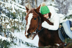 Красивые девушка и лошадь в зиме Стоковое фото RF
