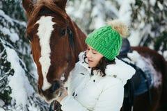 Красивые девушка и лошадь в зиме Стоковые Фотографии RF