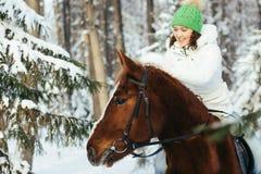 Красивые девушка и лошадь в зиме Стоковая Фотография RF