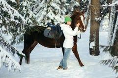 Красивые девушка и лошадь в зиме стоковые изображения
