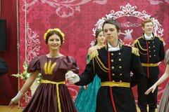 Красивые девушка и человек в старом платье Стоковое фото RF