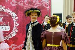 Красивые девушка и человек в старом платье Стоковые Фото