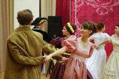 Красивые девушка и человек в старом платье Стоковая Фотография