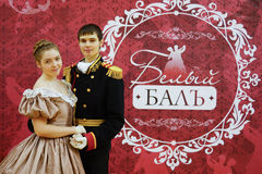 Красивые девушка и человек в старом платье Стоковое Изображение