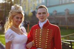 Красивые девушка и человек в старом платье Стоковая Фотография RF