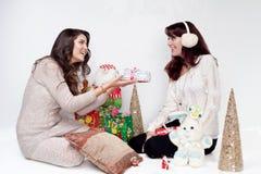 Красивые девушки давая подарки на рождество Стоковое Изображение RF