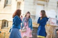 Красивые девушки беседуя на парижской улице Стоковые Изображения RF
