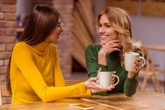 Красивые девушки в кафе Стоковое Фото