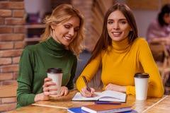 Красивые девушки в кафе Стоковые Фото