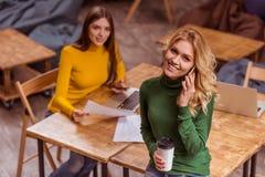 Красивые девушки в кафе Стоковое фото RF