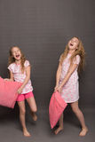 Красивые 2 девушки в розовых пижамах играют перед идти положить в постель Стоковые Изображения RF