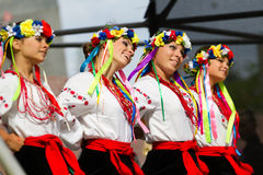 Красивые девушки в украинских платьях соотечественника Стоковые Фото