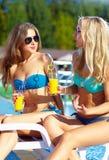 Красивые девушки говоря на пляже лета Стоковая Фотография