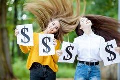 Красивые девушки держат символ доллара Стоковая Фотография RF