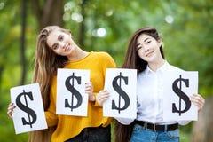 Красивые девушки держат символ доллара Стоковые Изображения RF