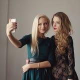 Красивые девушки делая selfie на мобильном телефоне Стоковое Изображение RF