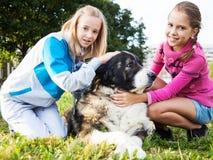 Красивые девушки и его собака Стоковые Фотографии RF