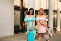 Красивые девушки идут ходить по магазинам день солнечный Лето Стоковые Фотографии RF