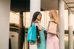 Красивые девушки идут ходить по магазинам день солнечный Лето Стоковые Изображения RF
