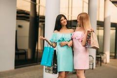 Красивые девушки идут ходить по магазинам день солнечный Лето Стоковая Фотография RF