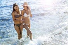 Красивые девушки наслаждаясь летом и морской водой Стоковое Фото