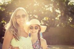 Красивые девушки наслаждаясь солнечным светом outdoors совместно Стоковые Фотографии RF