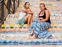Красивые девушки на лестницах украшенных с керамическими плитками Стоковое Изображение RF