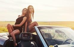 Красивые 2 девушки сфотографированы на дороге Стоковые Изображения