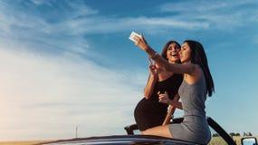 Красивые 2 девушки сфотографированы на дороге Стоковое Изображение
