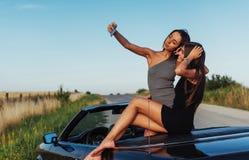 Красивые 2 девушки сфотографированы на дороге Стоковое фото RF