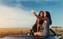 Красивые 2 девушки сфотографированы на дороге Стоковые Фотографии RF