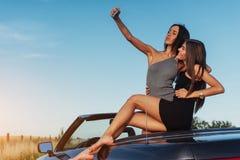 Красивые 2 девушки сфотографированы на дороге Стоковое Изображение RF