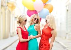 Красивые девушки с красочными воздушными шарами в городе Стоковое Изображение