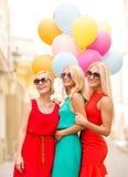 Красивые девушки с красочными воздушными шарами в городе Стоковая Фотография