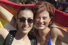 Красивые девушки с флагом радуги Стоковое Изображение RF