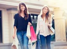 Красивые девушки с хозяйственными сумками Стоковые Изображения RF