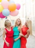 Красивые девушки с цветастыми воздушными шарами в городе Стоковая Фотография
