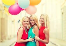Красивые девушки с цветастыми воздушными шарами в городе Стоковая Фотография RF