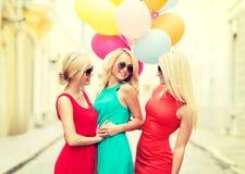 Красивые девушки с цветастыми воздушными шарами в городе Стоковое Изображение RF