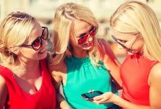 Красивые девушки с smartphone в городе Стоковые Фото