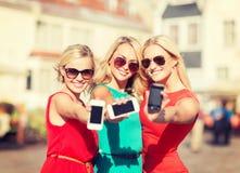 Красивые девушки с smartphones в городе Стоковое Изображение