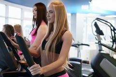Красивые девушки тренируя выносливость на спортзале Стоковое Изображение RF