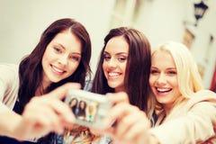 Красивые девушки фотографируя в городе Стоковое Изображение
