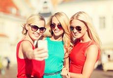 Красивые девушки фотографируя в городе Стоковые Изображения RF